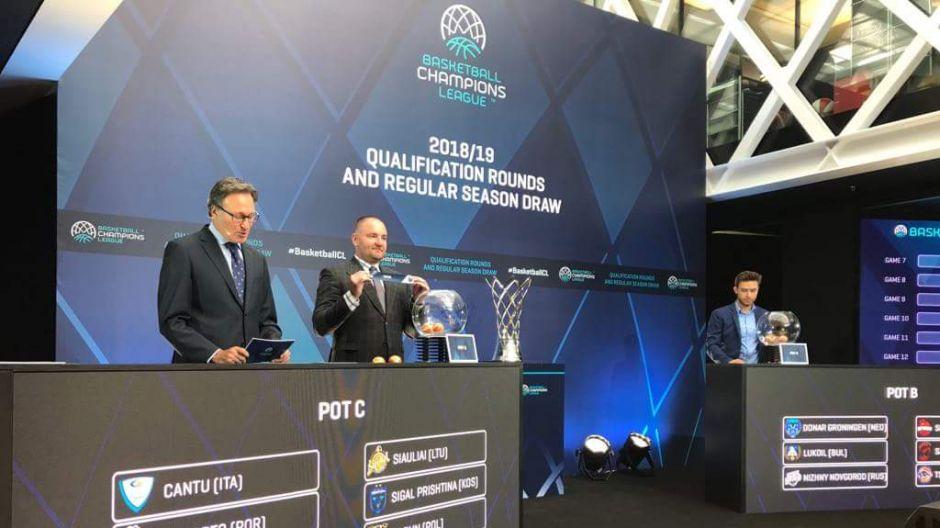 Jednym z losującyh był prezes Anwilu Arkadiusz Lewandowski (w środku), który m.in. wyciągnął karteczkę z napisem Polski Cukier (fot. twiiter/@anwil_official)