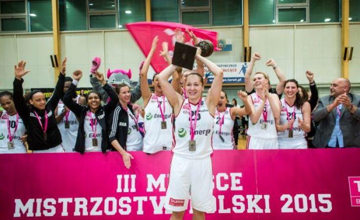 Małgorzata Misiuk z pucharem za trzecie miejsce i cała drużyna Energi z brązowymi medalami na szyi (PAP/Tytus Żmijewski)