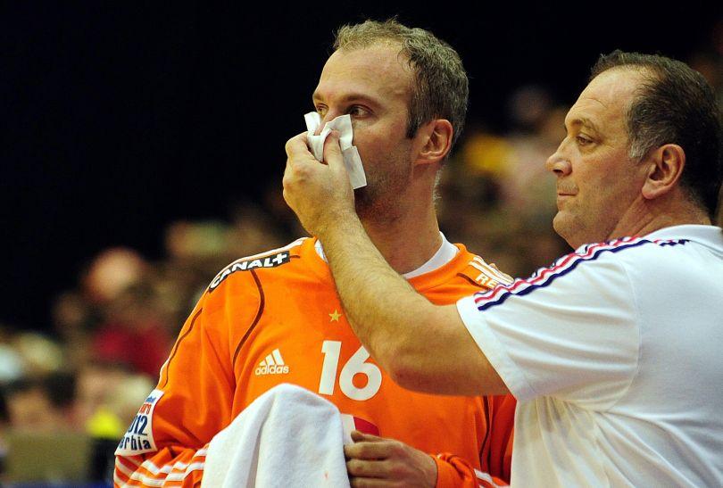 Francuski bramkarz Thierry Omeyer musiał prosić o pomoc medyczną (fot.PAP/EPA)