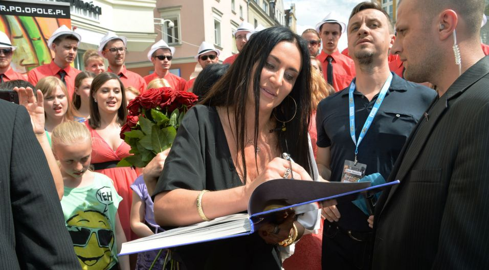 Po odsłonięciu gwiazdy, dziennikarze i fani nie odstępowali artystki na krok (fot. I. Sobieszczuk/TVP)