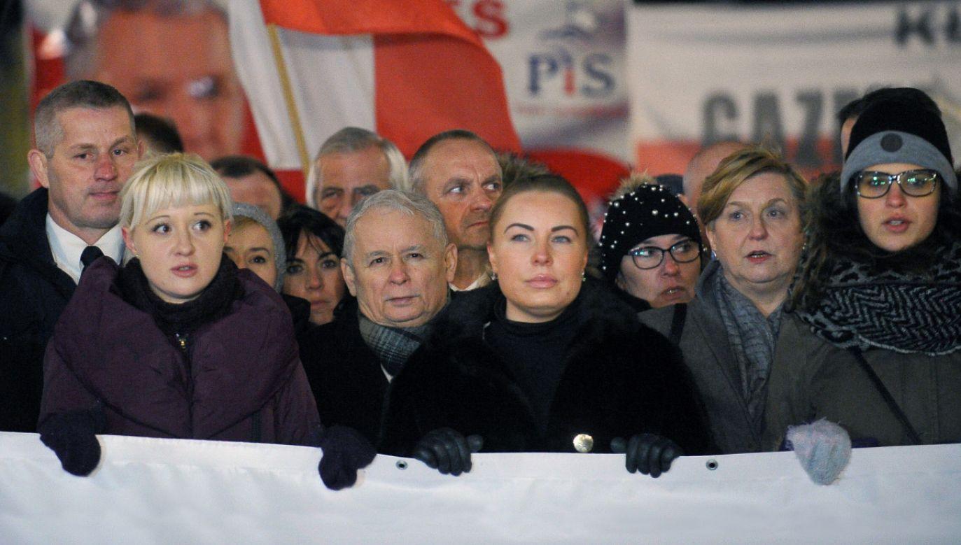 Jarosław Kaczyński i inni uczestnicy obchodów 92. miesięcznicy smoleńskiej przed Pałacem Prezydenckim (fot. PAP/Marcin Obara)