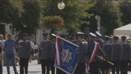 Komenda Powiatowa Policji w Augustowie ze sztandarem