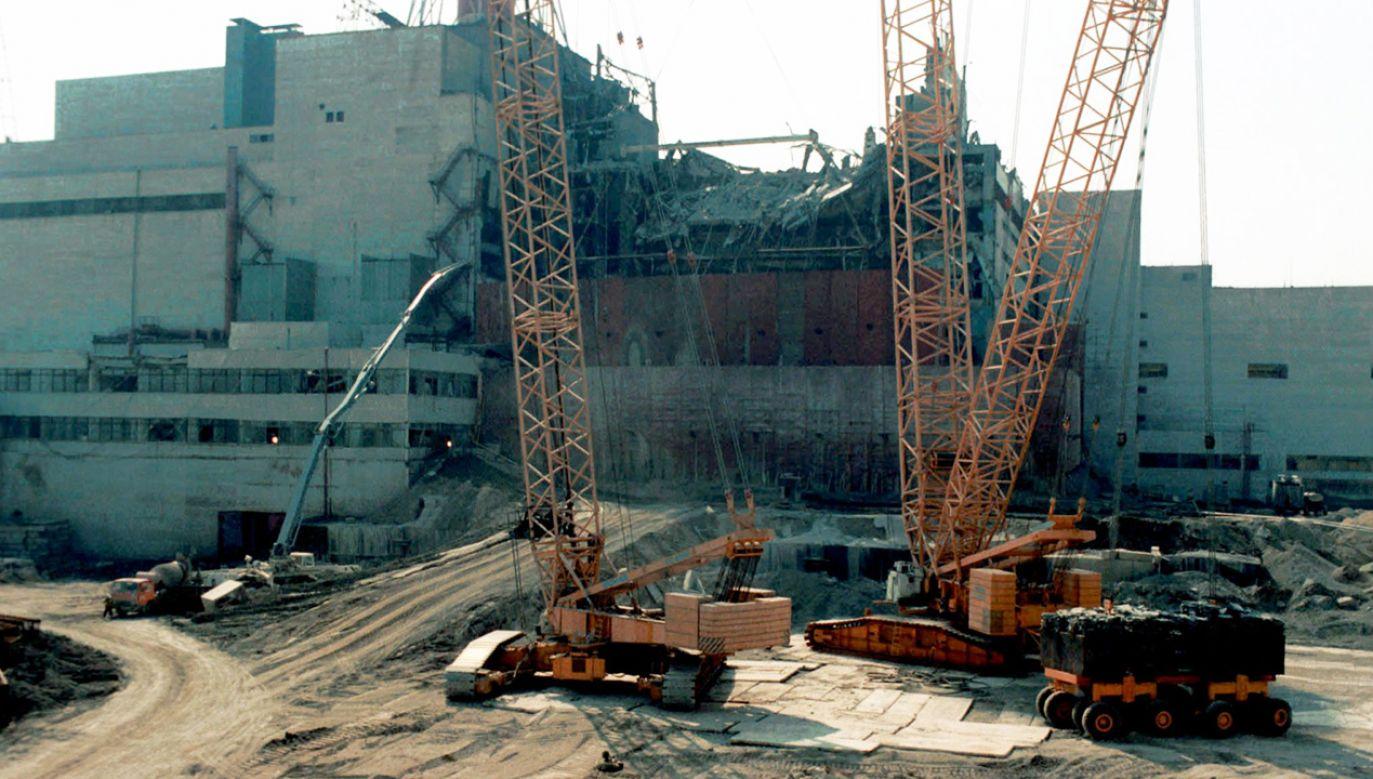Elektrownia jądrowa w Czarnobylu podczas budowy 300-tonowego sarkofagu z betonu i stali nad reaktorem nr 4  (fot. arch.PAP/ITAR-TASS)
