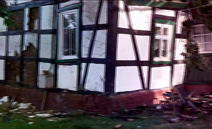 Dęby zniszczyły 200-letni dom. Rodzina bez dachu nad głową