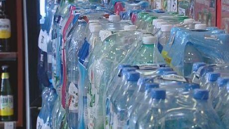 Kaucje za butelki plastikowe. Zamiast wyrzucać można oddać do skupu