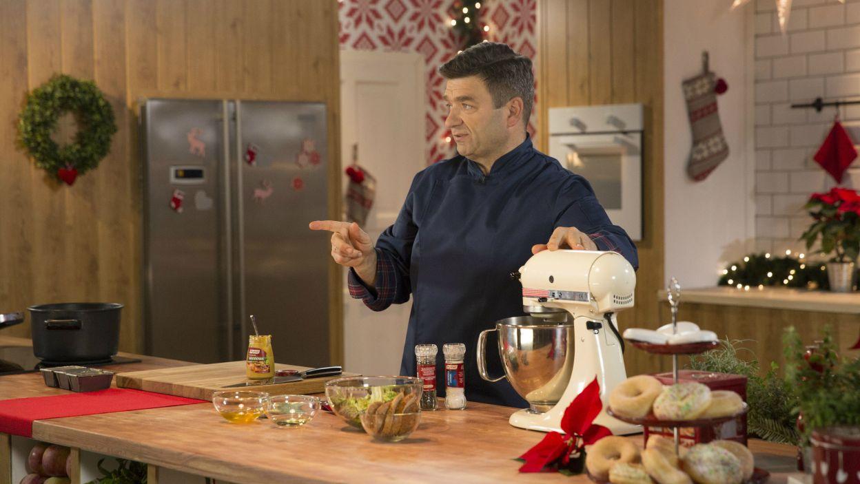 Jarosław Uściński prezentuje, jak w łatwy sposób przygotować danie, które zaskoczy najbliższych i jednocześnie zadowoli najbardziej zagorzałych miłośników tradycji (fot. Natasza Młudzik/TVP)