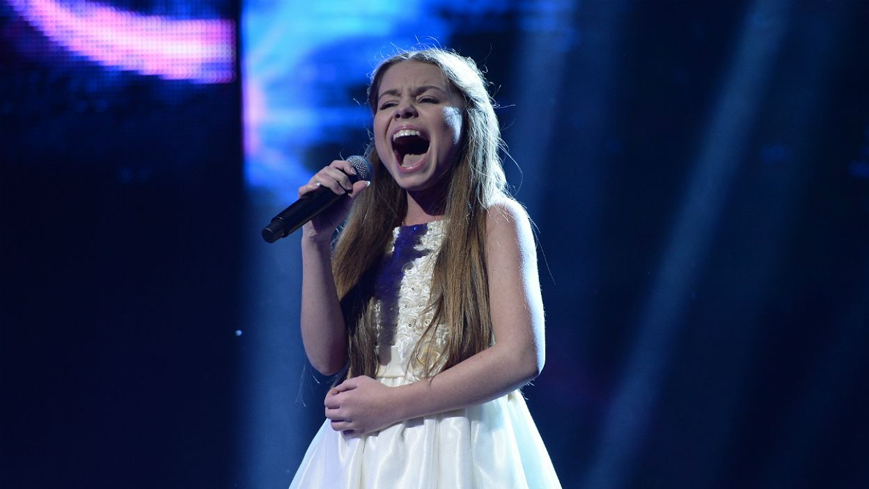 """Jako ostatnia w krajowych eliminacjach wystąpiła Olivia Wieczorek, którą zaśpiewała piosenkę """"Nie zapomnij"""" (fot. J. Bogacz/TVP)"""