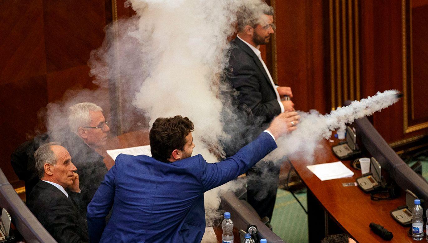 Deputowani kilkakrotnie zmuszeni byli opuścić salę plenarną, pomieszczenia wietrzono, a policja wszczęła śledztwo (fot. PAP/EPA/VALDRIN XHEMAJ)