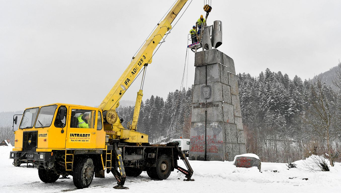 W Jabłonkach na Podkarpaciu trwa demontaż pomnika (fot. arch. PAP/Darek Delmanowicz)