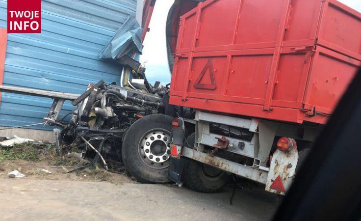 Na czas usuwania pojazdu, jezdnia została zablokowana w obu kierunkach (fot. Twoje Info/Justyna)
