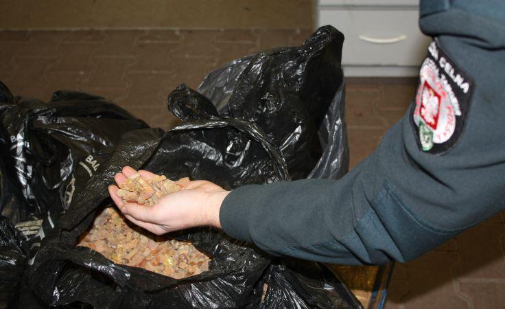 Rosjanin próbował wwieźć do Polski prawie 50 kg bursztynu.