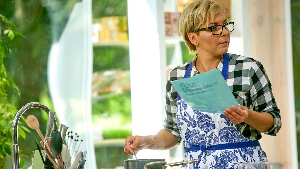 """Receptura tego deseru była do tej pory pilnie strzeżona. Teraz trafiła w ręce uczestników """"Bake off – Ale ciacho""""  (fot. TVP)"""