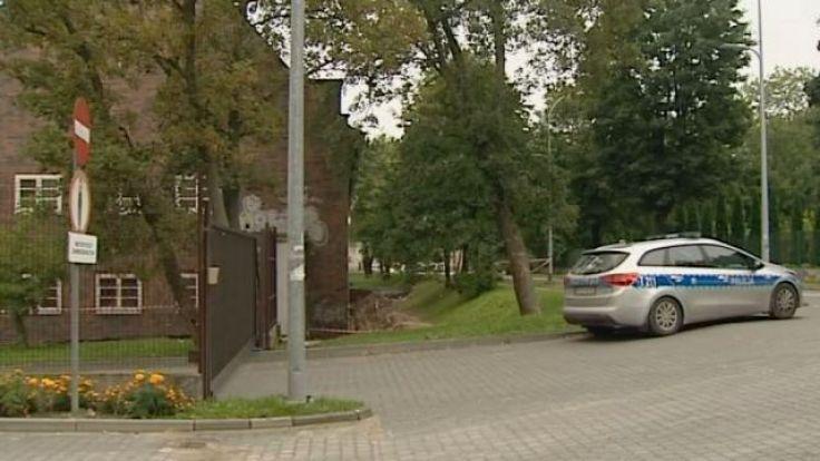 Miejsce do czasu przyjazdu saperów z Braniewa zabezpieczają policjanci.