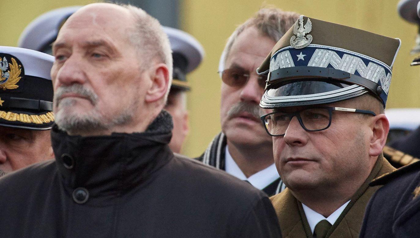 Antoni Macierewicz i gen. bryg. Jarosław Kraszewski (fot. arch.PAP/Adam Warżawa)
