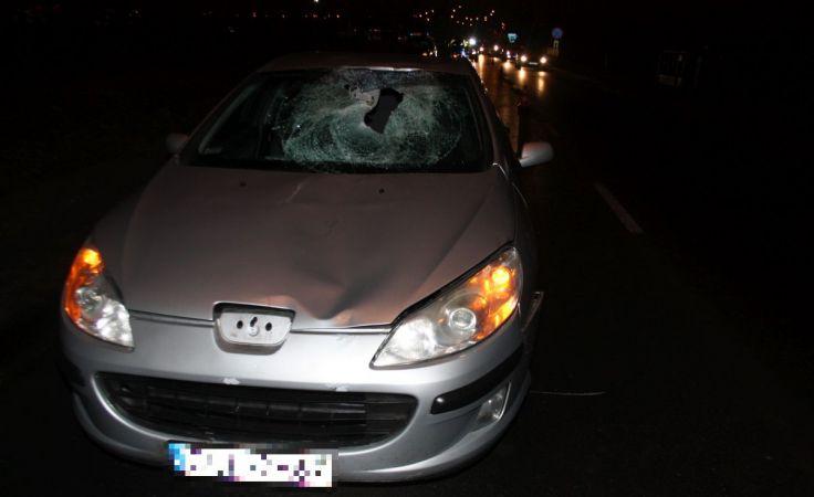 Pieszy zmarł po uderzeniu tym autem