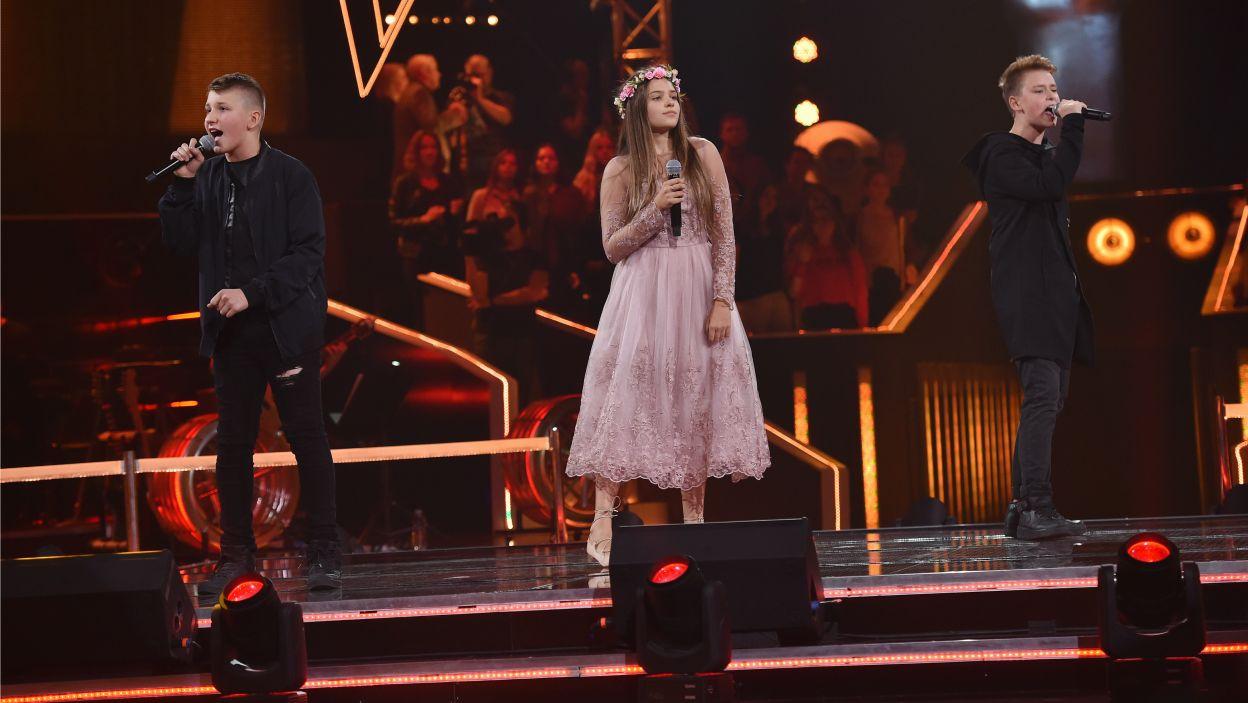 """Amelia, Jakub i Kamil zaśpiewali bajkowy utwór """"Duchy tych co mieszkali tu"""", który wcześniej wykonywała Kayah. Czy Trenerom spodobał się ich występ? (Fot. I. Sobieszczuk/TVP)"""