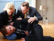 Po powrocie do pracy zastają Pawła, który w boleściach wije się po podłodze (fot. Olga Grochowska/TVP)