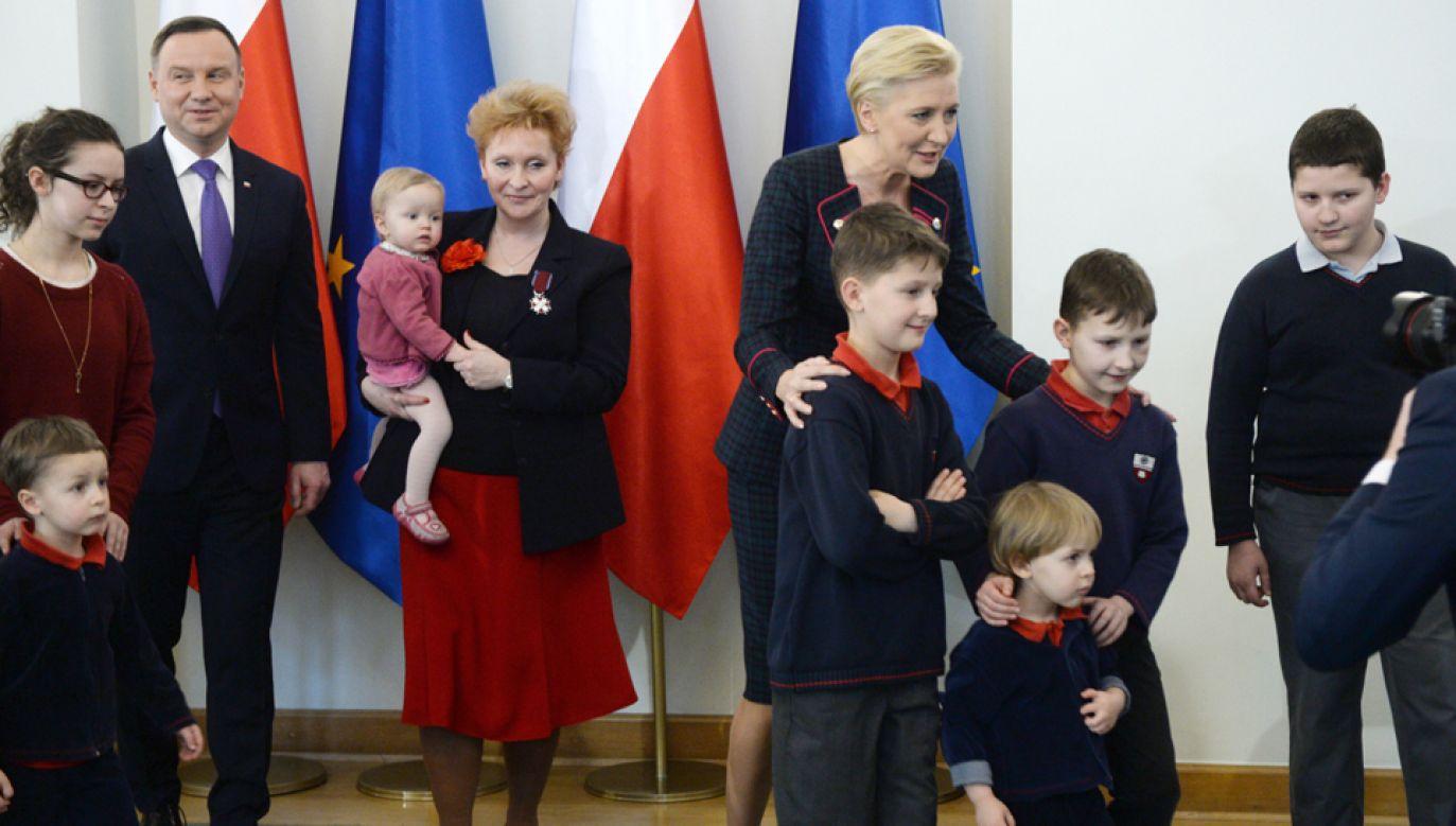 Prezydent Andrzej Duda (L) wręczył odznaczenia matkom zasłużonym w wychowaniu dzieci (fot. PAP/Jacek Turczyk)