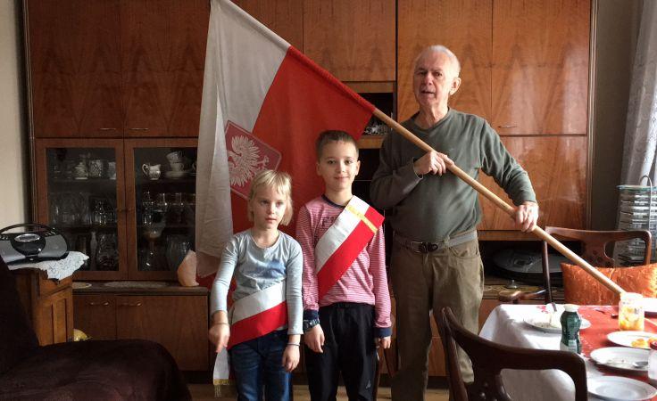 Patryk i Madzia z Dziadkiem świętują Dzień Niepodległości (nad. Andrzej Nowaczyński z Bydgoszczy)