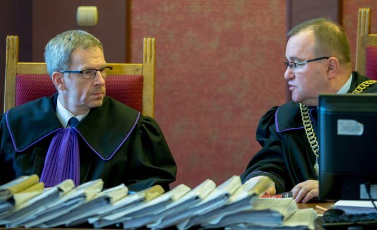 Sędziowie Wojciech Kopczyński (P) i Robert Kirejew (L) podczas rozprawy, 18 bm. w Sądzie Apelacyjnym w Katowicach. Foto.PAP/Andrzej Grygiel
