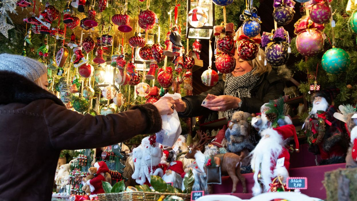 Stoiska wręcz uginają się od bombek i Mikołajów (fot. PAP/EPA)