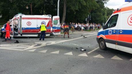 Tragiczny bilans wypadku. Jedna osoba zginęła, a sześć rannych trafiło do szpitala (fot. KMP Elbląg)