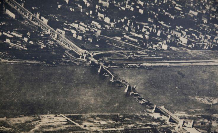 Most Poniatowskiego z z wiosny 1916 / fot. reprodukcja PAP/Tomasz Gzell
