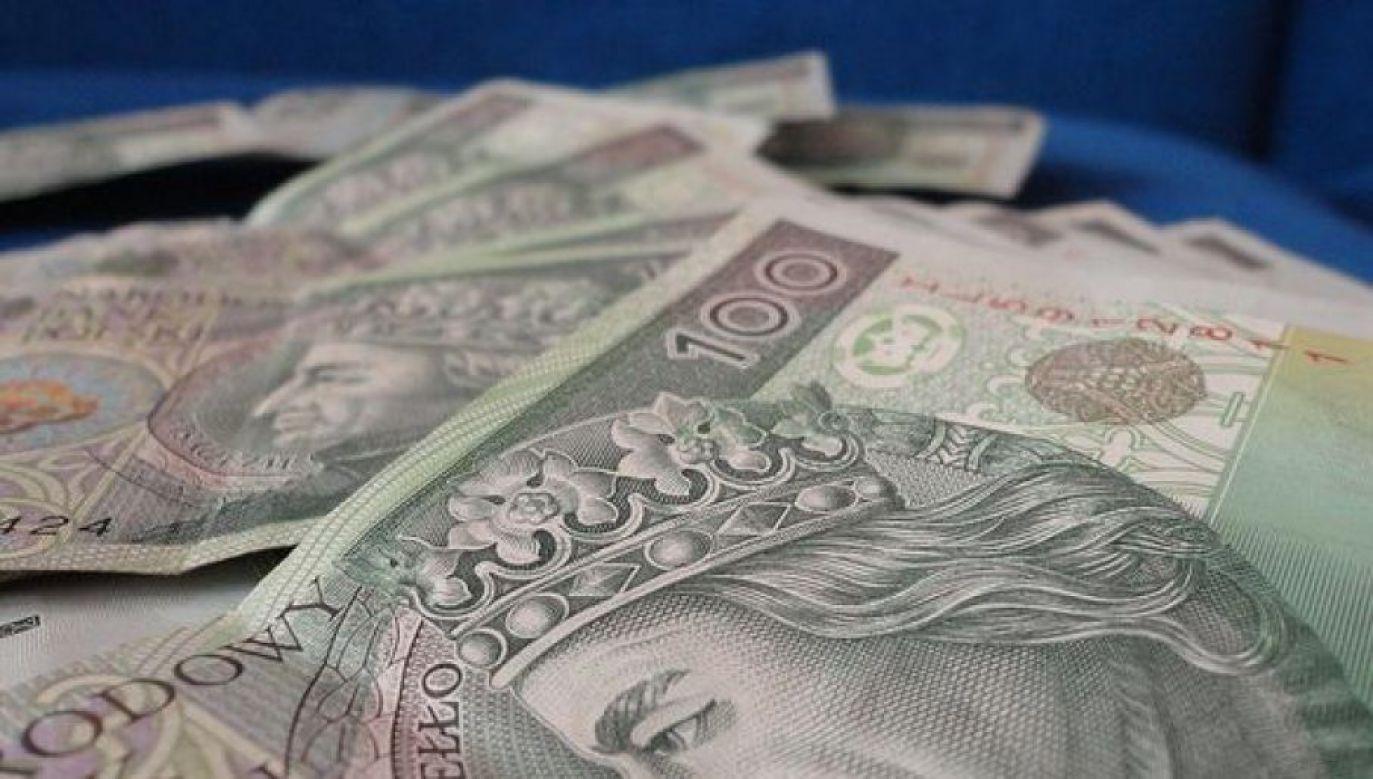 Starszy pan odzyskał 30 tys. złotych zapomnianego długu (fot. flickr.com/money_pictures)