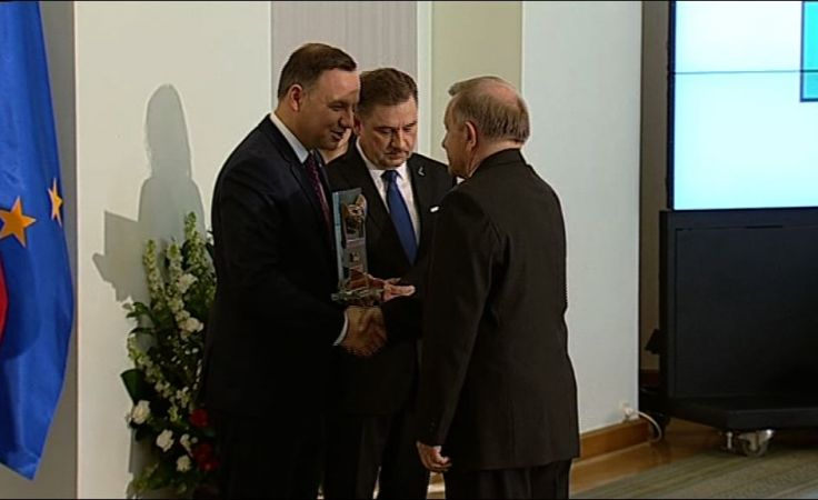 Prezes zarządu kopalni Józef Dąbek odbiera nagrodę z rąk Prezydenta RP Andrzeja Dudy.