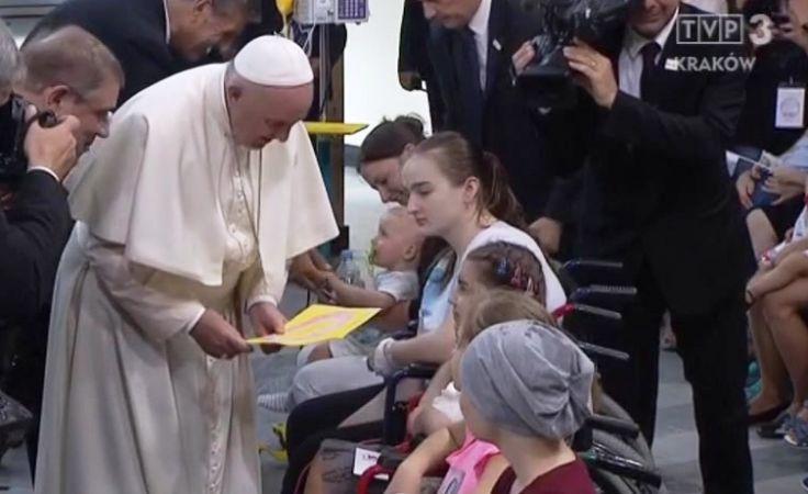 Papież  od jednej z dziewczynek otrzymał laurkę (fot. TVP3 Kraków)