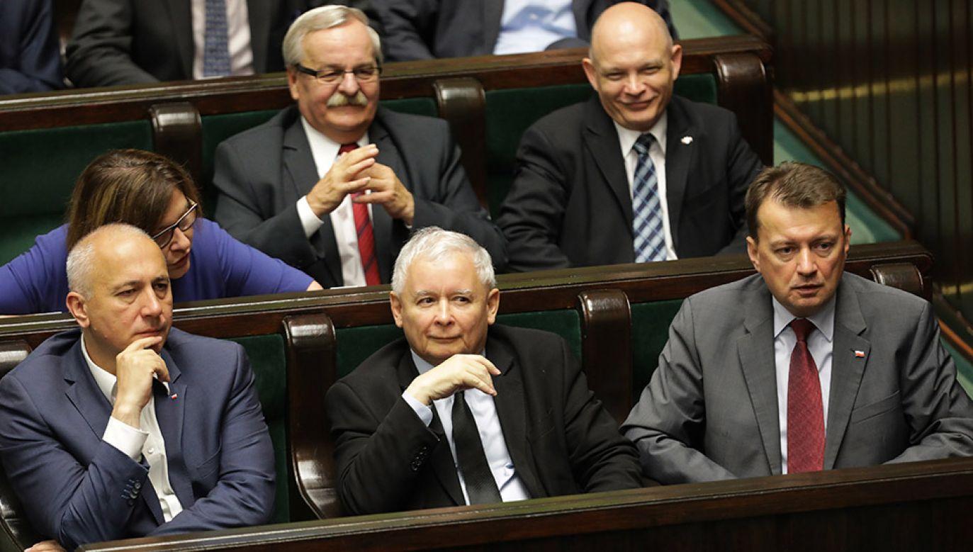 Gdyby wybory odbywały się w sierpniu na PiS zagłosowałoby 42 proc.( Polaków (fot. arch.PAP/Radek Pietruszka)