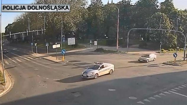 Policjanci eskortowali samochód z rodzącą kobietą (fot. policja.pl)
