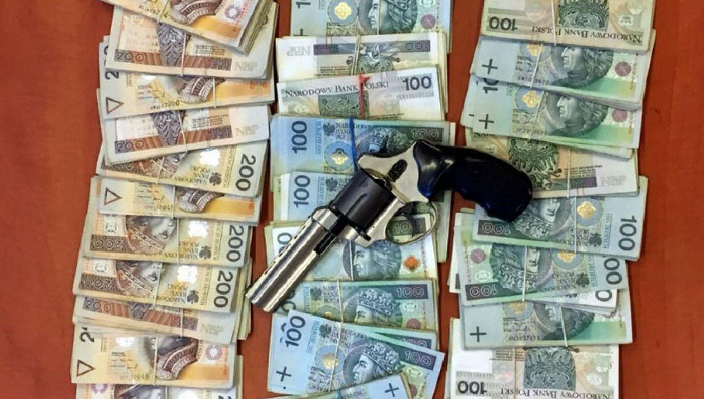 W mieszkaniu podejrzanego funkcjonariusze znaleźli pieniądze i broń (fot. CBŚP)