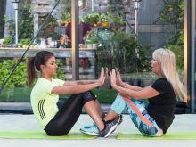Mariola Bojarska-Ferenc i trenerka fitness Małgosia Mączyńska polecają ćwiczenia, które pozwolą Ci uzyskać wymarzony płaski brzuch /Agencja Forum/