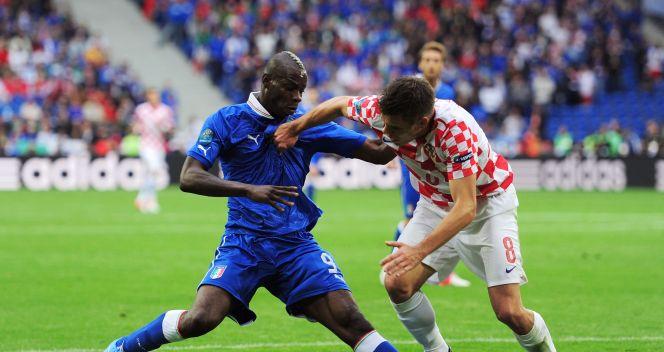 Mario Balotelli powstrzymywany przez Ognjena Vukojevicia (fot. Getty Images)