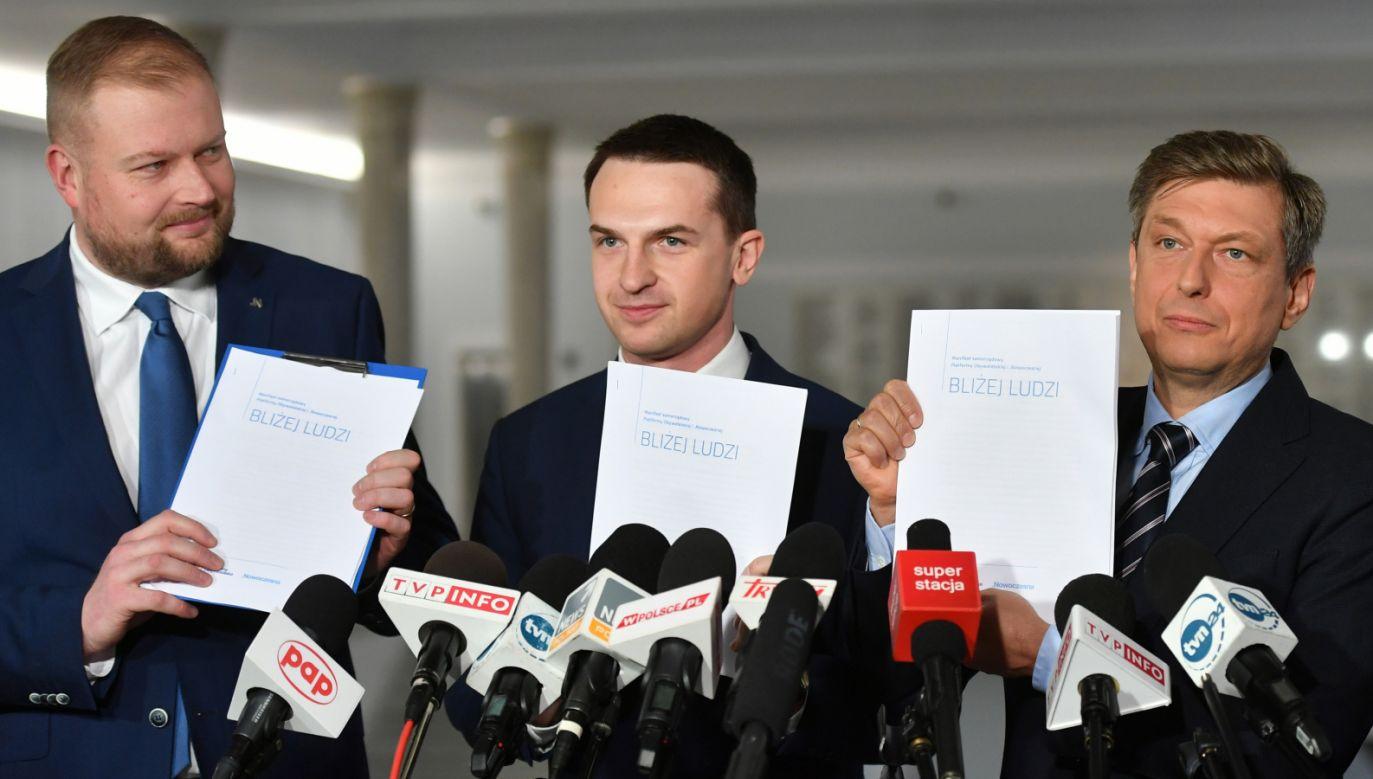Poseł PO Mariusz Witczak (P) oraz posłowie Nowoczesnej Adam Szłapka (C) i Witold Zembaczyński (L) (fot. PAP/Bartłomiej Zborowski)