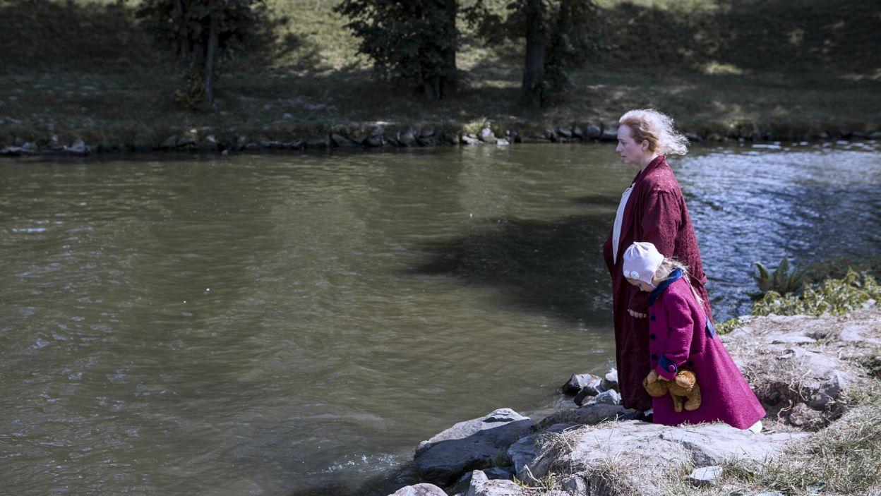 Lala natomiast musi poradzić sobie z rodzinnymi problemami. Stan Anny stale się pogarsza, kobieta zabiera wnuczkę nad rzekę... (fot. TVP)