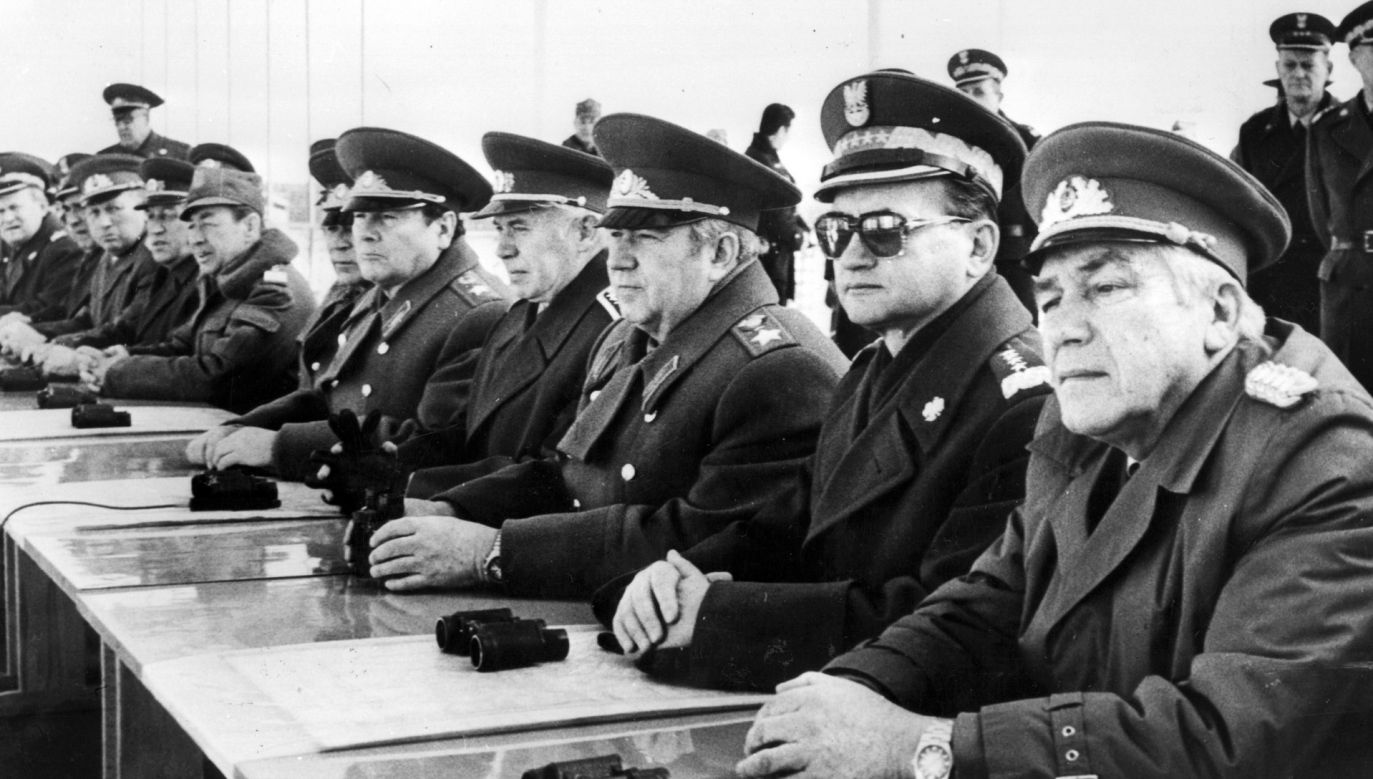 O prawej: Heinz Hoffmann NRD-owski szef MON , gen. Jaruzelski,  Wiktor Kulikow – szef SG ZSRR, głównodowodzący wojskami Układu Warszawskiego obserwują manewry w 1981 roku (fot. Keystone/Getty Images)