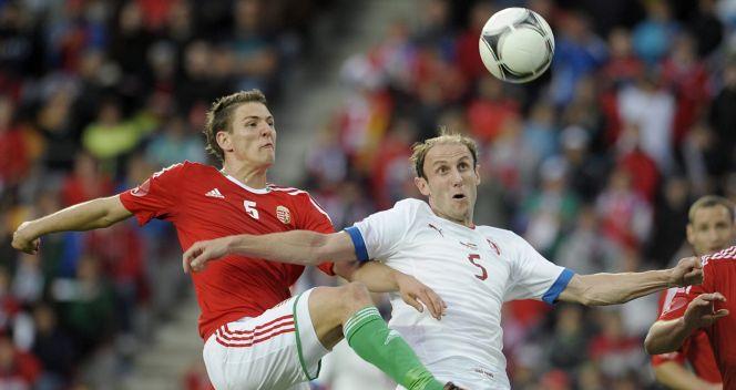 Zsolt Korcsmar (L) walczy o piłkę z Romanem Hubnikiem (fot. PAP/EPA)