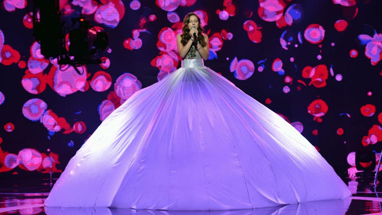 """Julia Mróz zaśpiewała historyczny utwór Prince'a """"Purple rain"""". Pokazała dużą skalę głosu i subtelne dźwięki (fot. I.Sobieszczuk/TVP)"""