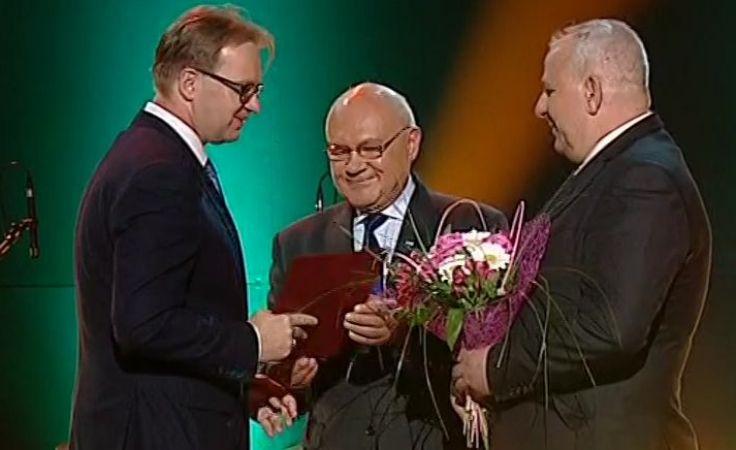 Dyrektor Tomasz Pietraszak odbiera nagrodę