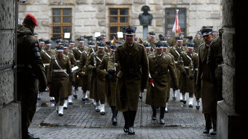 Kompania Reprezentacyjna WP i grupy rekonstrukcyjne wyruszyły na plac Piłsudskiego/PAP/Bartłomiej Zborowski