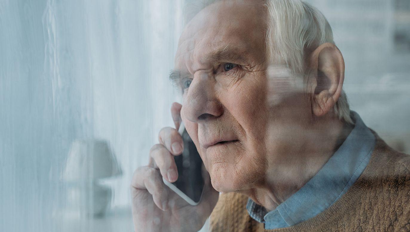 Aby skłonić starszych, schorowanych ludzi do zakupu, firmy m.in. ukrywały prawdziwy cel spotkań i wykorzystywały sprzeczne z prawem weksle (fot. Shutterstock/LightField Studios)