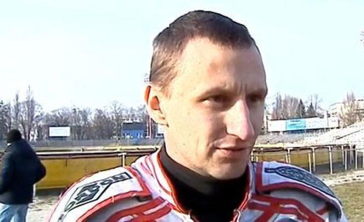 Marcin Jędrzejewski w niedzielę nie zmieścił się w składzie Polonii i... wcielił się w rolę komentatora internetowej transmisji z meczu