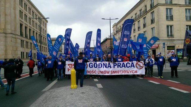 """""""Nie chcemy być śmieciami"""". Protest OPZZ w stolicy przeciw umowom śmieciowym i niskim płacom"""