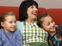 Dziewczynki są zachwycone obecnością dziadka (fot. M. Wiecha/ TVP)
