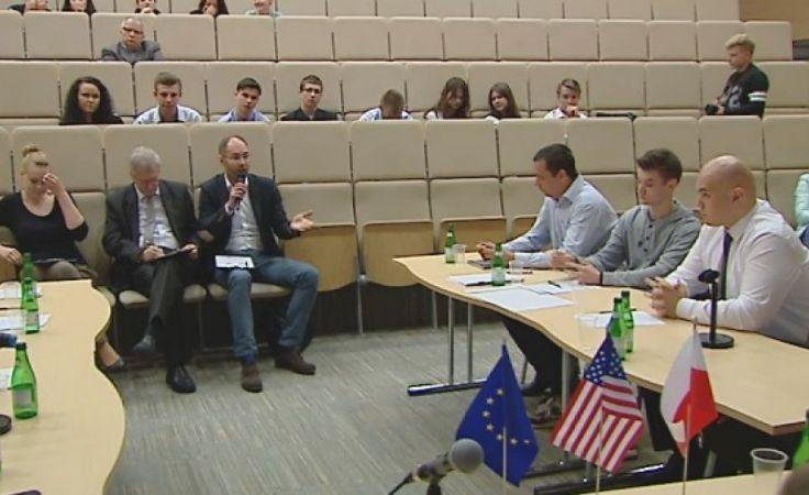 Debaty oksfordzkie uczą nie tylko kulturalnej polemiki, ale i pokazują, że każdy problem ma co najmniej dwie płaszczyzn, fot. olsztyn.tvp.pl