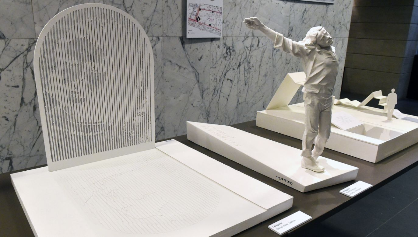Projekt pomnika upamiętniającego Stanisława Pyjasa (L), autorstwa Dariusza Sitka (fot. PAP/Jacek Bednarczyk)
