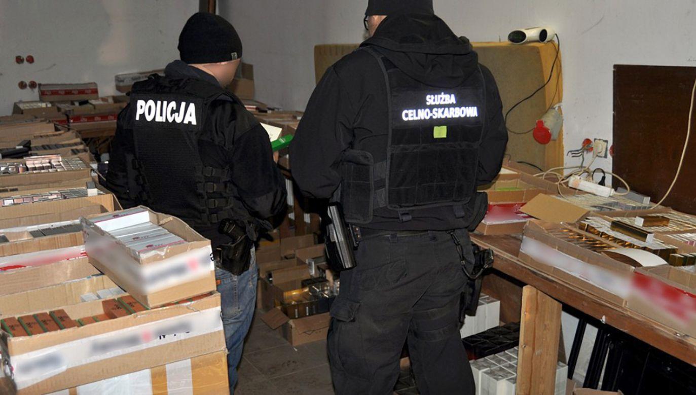 Służby zabezpieczyły blisko 9 tys. sztuk podrabianych perfum  (fot.  Izba Administracji Skarbowej w Białymstoku)