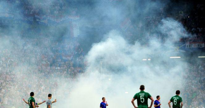 Kibice reprezentacji Chorwacji rzucili w trakcie spotkania race na boisko (fot. Getty)